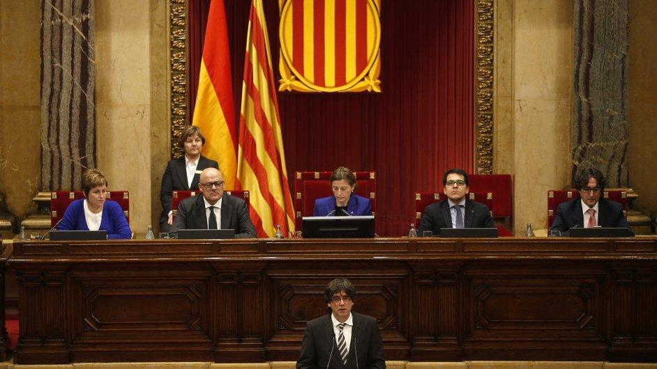Budoucí katalánský premiér Carles Puigdemont během proslovu v budově Katalánského parlamentu v Barceloně.