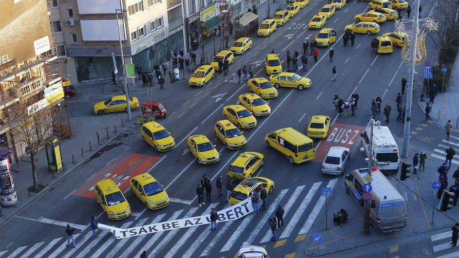 Taxi vozy zablokovaly hlavní silnici v centru Budapešti.