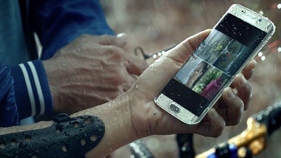 Samsung na reklamním videu ukazuje jednu z předností mobilů Galaxy S7 a Galaxy S7 Edge - voděodolnost.