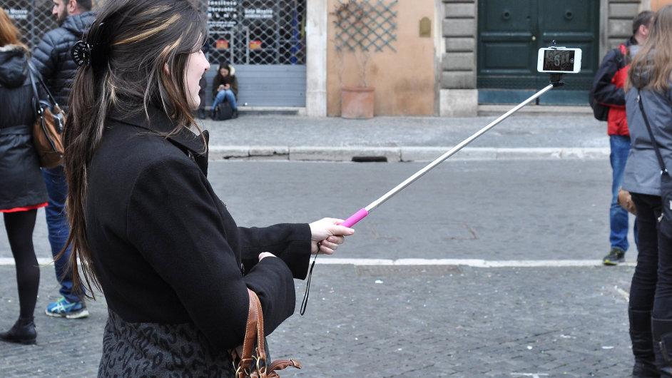 Pomocí populární selfie-tyče se fotí zejména turisté. - Ilustrační foto.