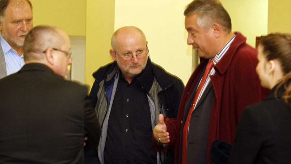 Soud exministr kultury Jiří Balvín obžalovaný za údajnou korupci při prodeji zámku v Přerově nad Labem. Na snímku vlevo také advokát Tomáš Sokol