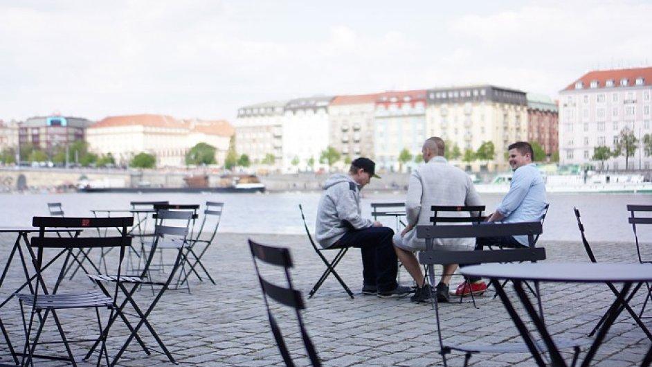 Pražské židle & stolky na Smíchovské náplavce.