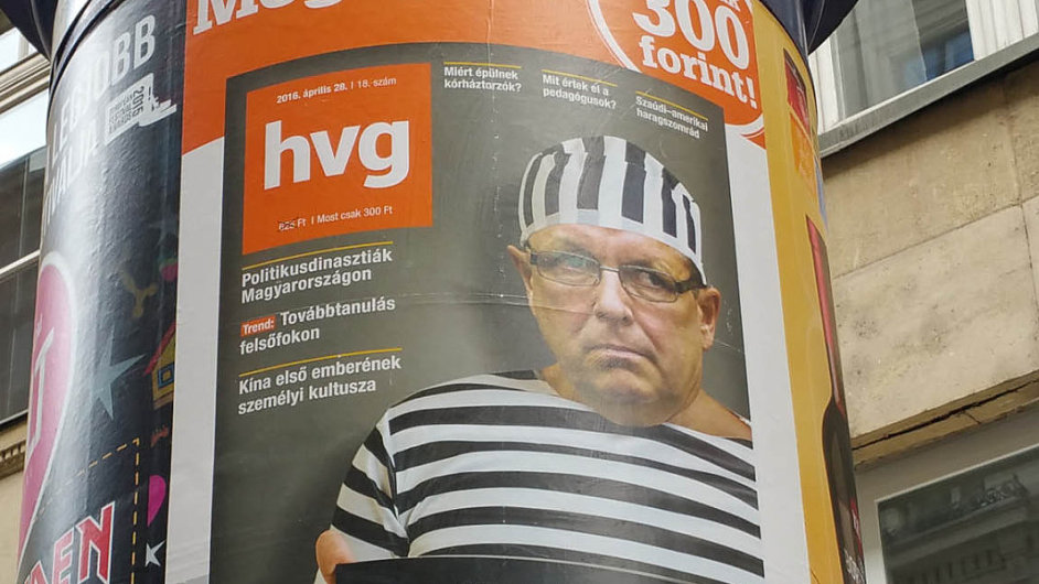 György Matolcsy, guvernér maďarské centrální banky, čelí tlaku médií. Na snímku plakát magazínu hvg, kde Matolcsy v trestaneckém drží ceduli s nápisem: A közpénz rabja.