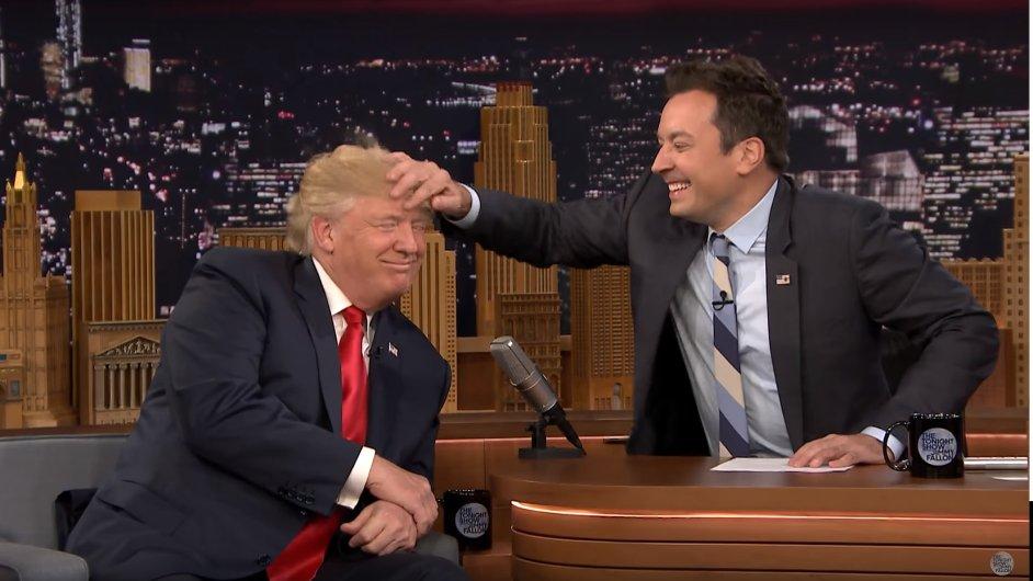 Moderátor Jimmy Fallon, hvězda americké Tonight Show, rozcuchal vlasy Donaldu Trumpovi.