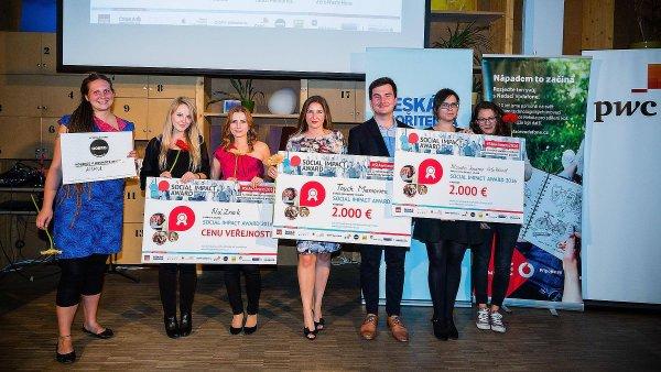 Vítězové na slavnostním vyhlášení Social Impact Award. Zleva na smínku tvůrci projektů Amani, NáZnak, Touch Memories a VeloBloud.