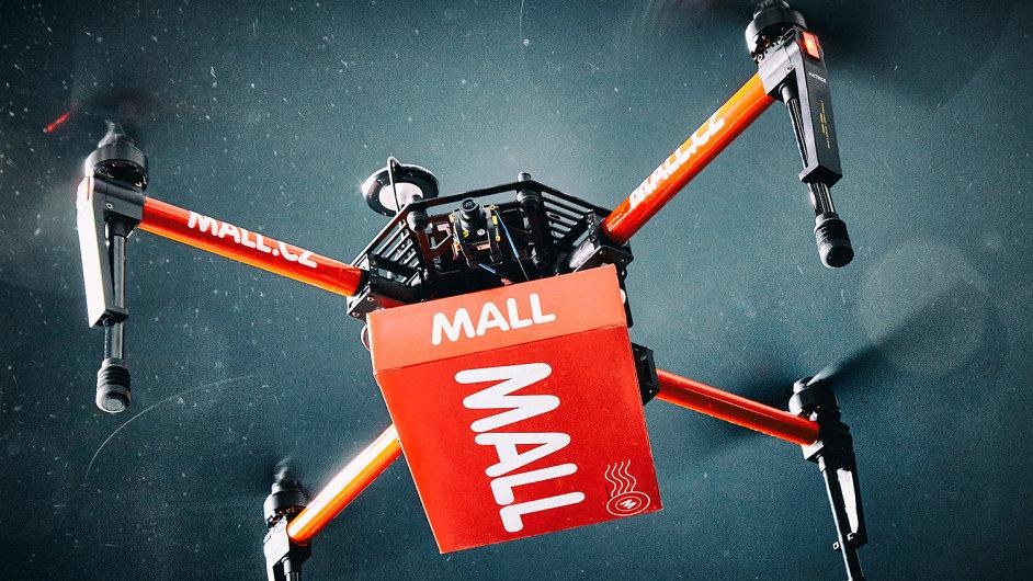 Dron podle Mall.cz bez problémů přepraví zásilky do dvou kilogramů. Ty tvoří zhruba 80 procent objednávek.