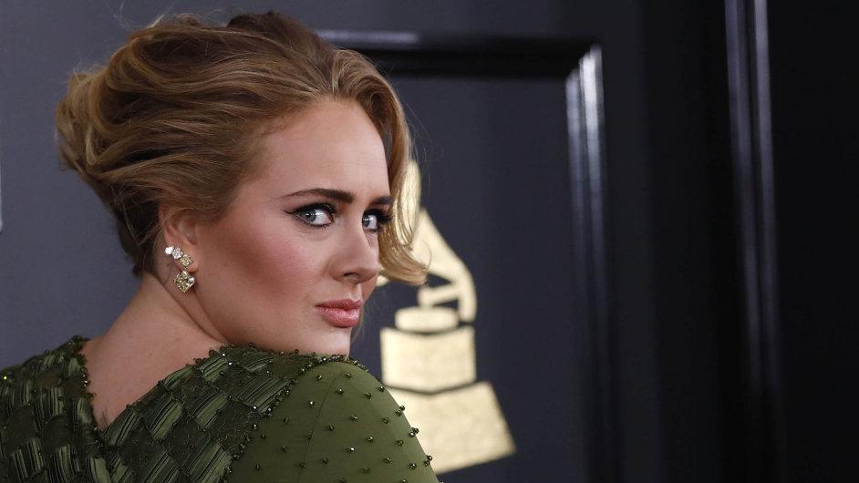 Zpěvačka Adele se ohlíží, jak daleko za sebou nechala konkurentku Beyoncé.