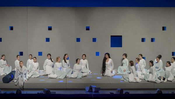 Snímek z brněnské inscenace opery Láska na dálku.