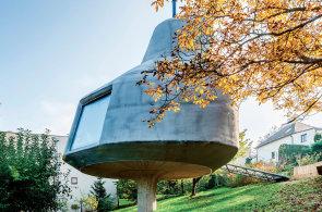 Mezi domem a chatou: Architekt vytvořil za Prahou stavbu v sadu, která souzní s okolní přírodou
