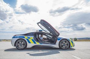 Policisté se pochlubili dalším BMW i8. Nový vůz dostali jako náhradu za auto, v němž havaroval hradní protokolář
