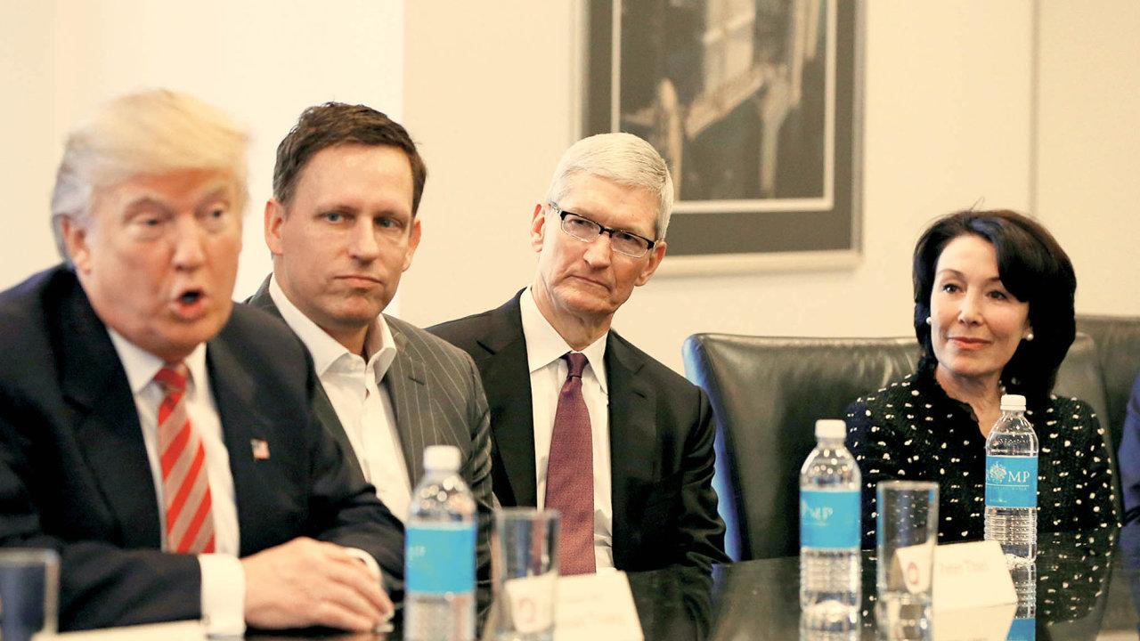 Schůzka DonaldaTrumpasespoluzakladatelem PayPalu Peterem Thielem, šéfem Applu Timem Cookem aředitelkou firmy Oracle Safrou Catzovou.