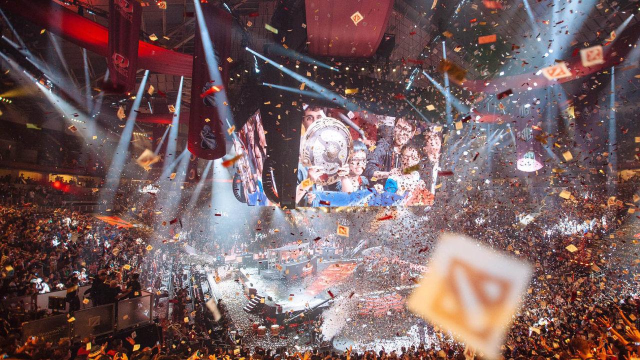 Jako nasportovním utkání: Fanoušci počítačové hry Dota 2 zaplnili halu vamerickém Seattlu už při loňském finále soutěže TheInternational.