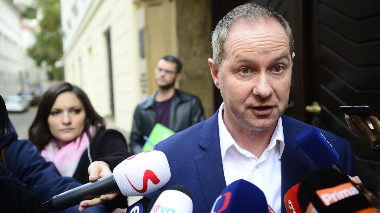 Petr Gazdík z hnutí STAN přijíždí na jednání s hnutím ANO
