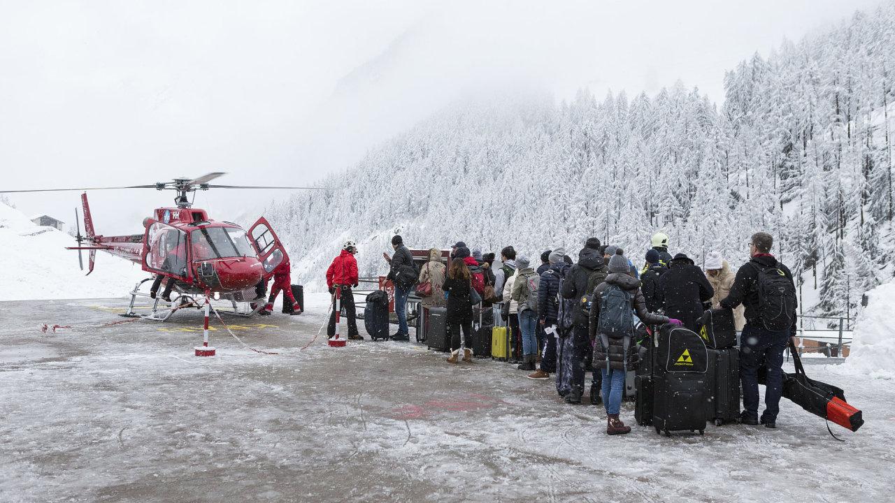 Turisté čekající na odvoz v údolí Raron poblíž švýcarského Zermattu.
