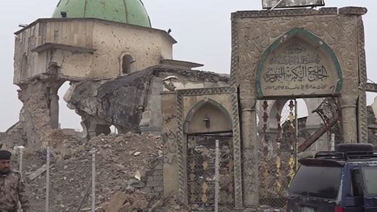 Nevybuchlá munice a mrtvá těla pod sutinami. Mosul je stále v troskách.