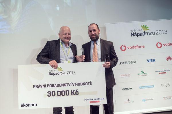 Speciální cenu týdeníku Ekonom předal autorům projektu Eliot šéfredaktor Dalibor Martínek (vpravo).