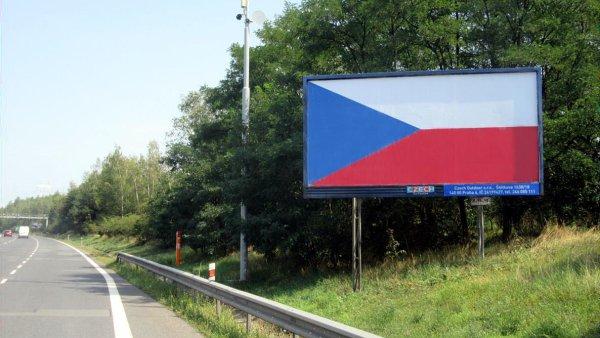 Billboardy s vlajkou u silnic