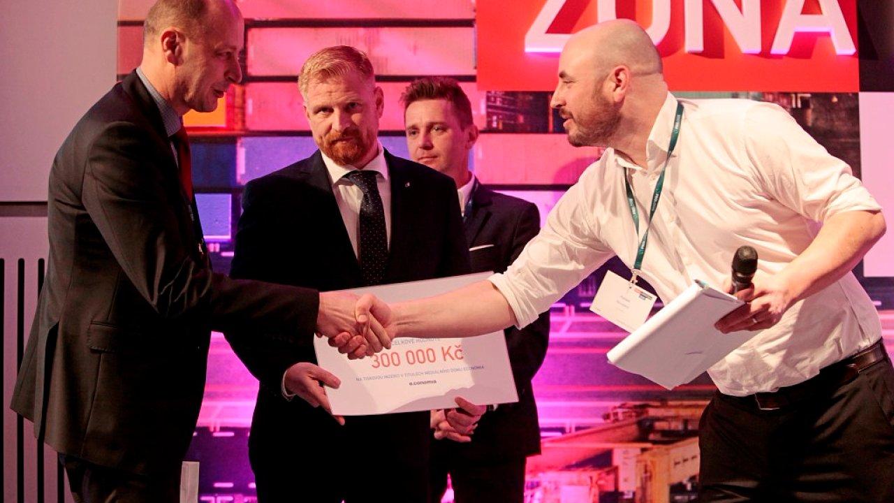 Předávání ceny za nejlepší logistický projekt roku 2017, kterou získal Budějovický Budvar.