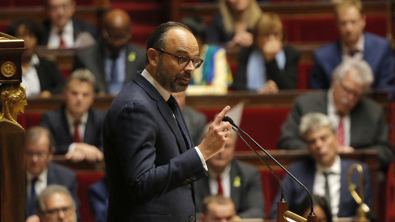 Francouzský premiér Edouard Phillippe hovoří k poslancům v dolní komoře parlamentu (Národní shromáždění) během krizového zasedání.