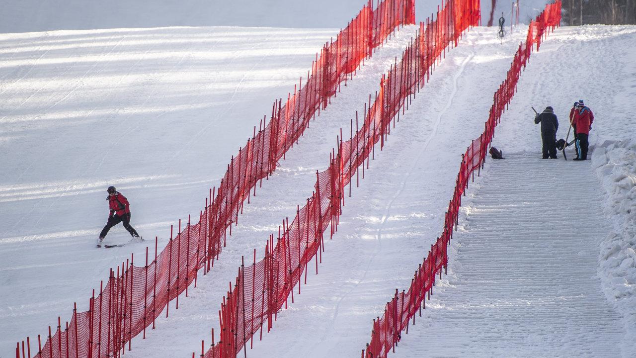 Poslední přípravy trati černé sjezdovky ve Svatém Petru před víkendovými závody světového poháru.