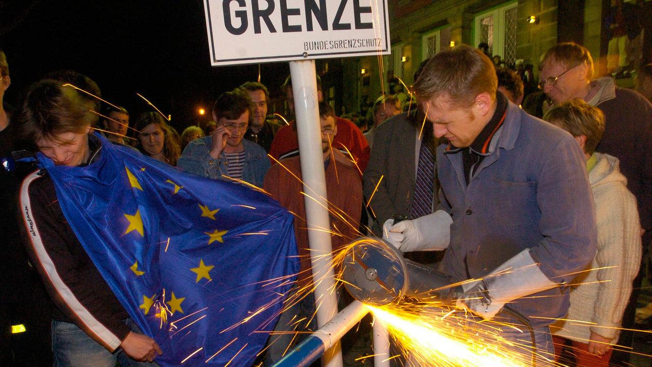 Češi i Němci v den vstupu České republiky do Evropské unie rozřízli poslední zbytek plotu na hranici.