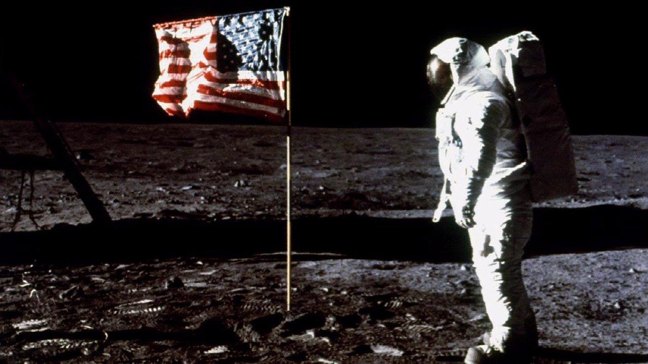 """Američané naMěsíci: Před padesáti lety stanul poprvé člověk naMěsíci. PoNeilu Armstrongovi doněj otiskl svou stopu iEdwin """"Buzz"""" Aldrin."""