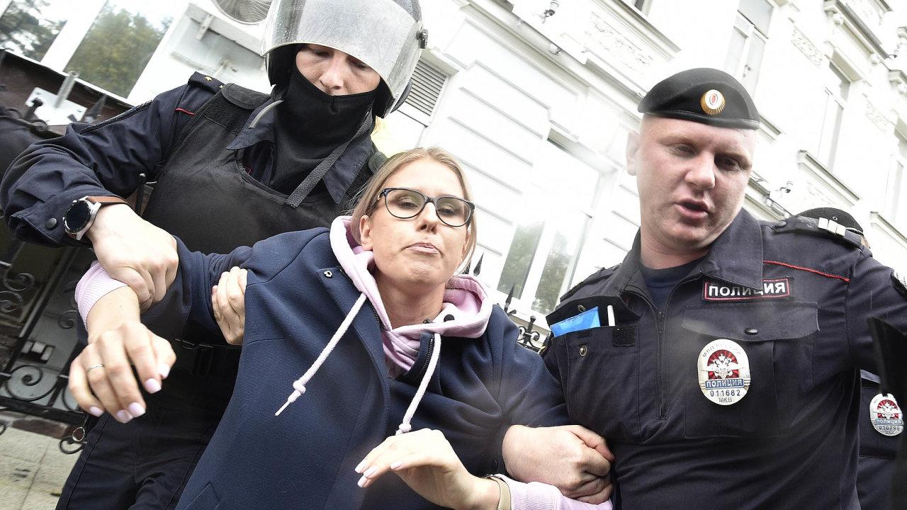 Ještě před začátkem demonstrace byla zatčena prominentní opoziční aktivistka Ljubov Sobolová.