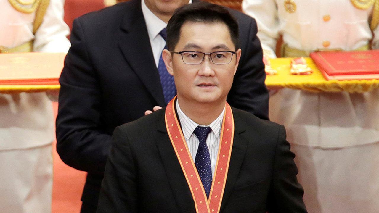 Nejbohatší Číňan aoddaný člen komunistické strany Pony Ma se kejmění vevýši 39miliard dolarů dostal díky založení internetového kolosu Tencent.