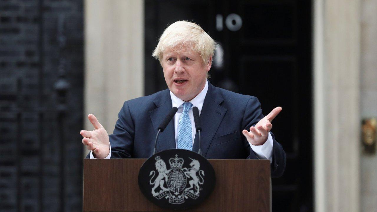 Britský premiér Boris Johnson před svým sídlem na Downing Street 10.