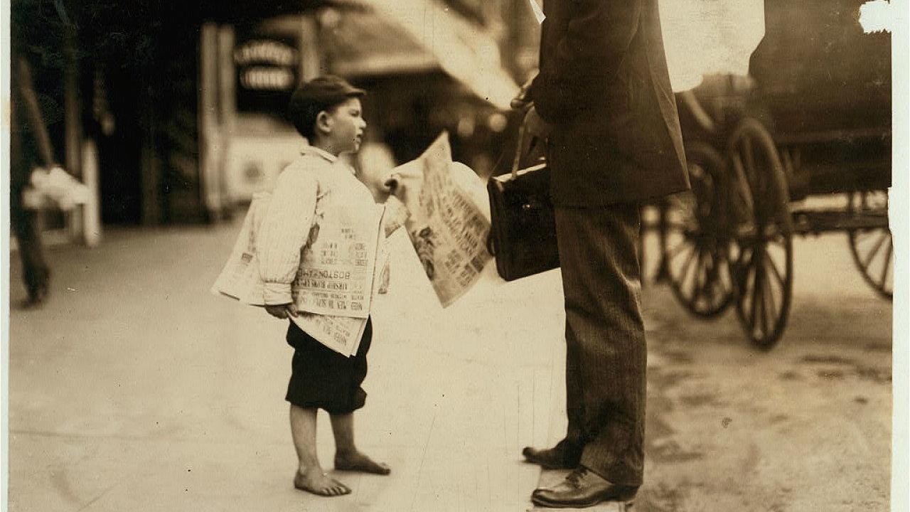 Šestiletý prodavač novin ve městě Lawrence, Massachusetts.