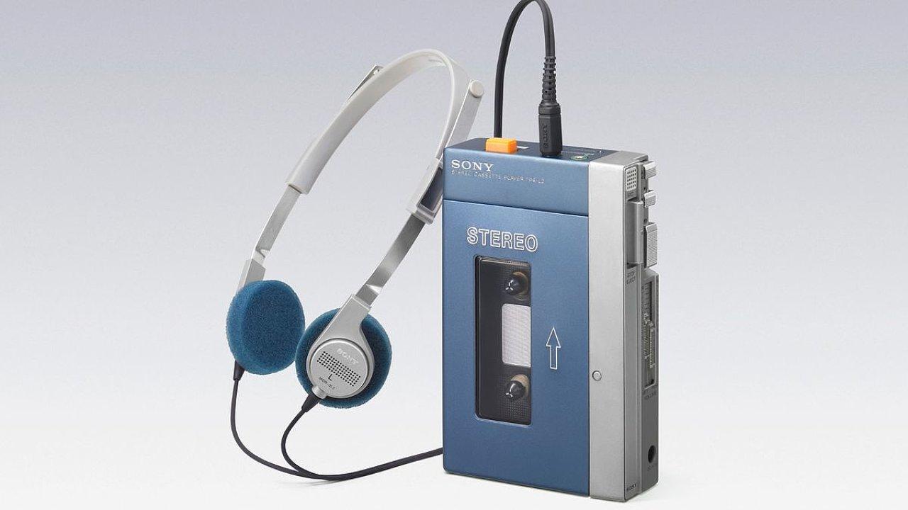 Legendární první Sony Walkman. V dobrém stavu s vyměněnými řemínky se dá sehnat asi za 20 tisíc korun.