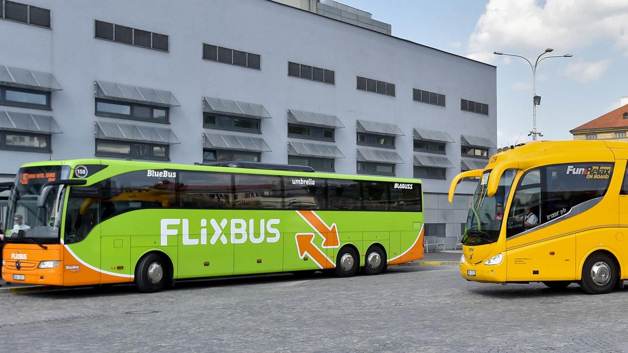 Zelená vs. žlutá: Německý FlixBus začal českému RegioJetu konkurovat před dvěma lety.