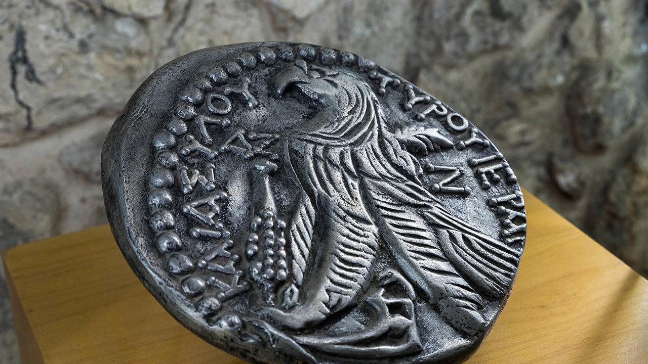 Zvětšenina týrského šekelu, který byl stanoven jako měna roční daně na provoz Chrámu v Jeruzalémě. Na původně římské minci byl ale obraz fénického boha, proto ji Židé museli nejprve směnit.
