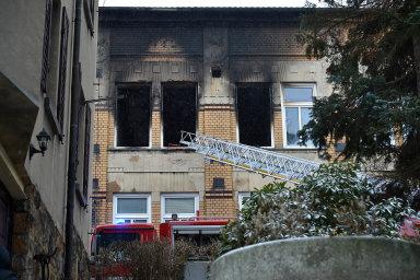 Požár vdomově pro mentálně postižené ve Vejprtech stále vyšetřují hasiči ipolicie.