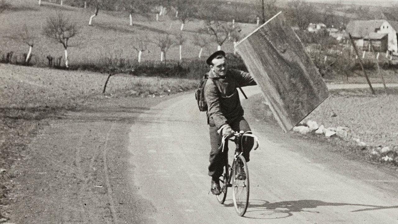 Zdeněk Sýkora nabicyklu sobrazem vúdolí zaBrlohem nedaleko rodných Loun, začátek 50. let.