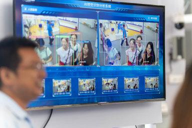 Technologie rozpoznávání obličejů na loňské výstavě Smart China v Čchung-čchingu. Čínská vláda je posedlá kontrolou občanů, do vývoje umělé inteligence investuje desítky miliard dolarů.