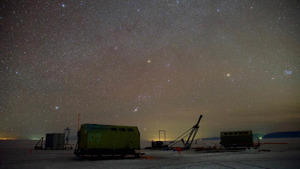 Noční obloha nad Bajkalem nabízí úchvatné pohledy také díky tomu, že v řídce osídlené oblasti téměř není světelný smog. Čidla detektoru jsou ale natočena opačným směrem, dostředu Země.