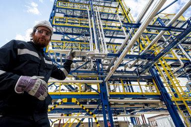 Lektor ukazuje cvičné destilační jednotky v tréninkovém centru, které otevřela společnost Unipetrol v chemickém areálu v Litvínově