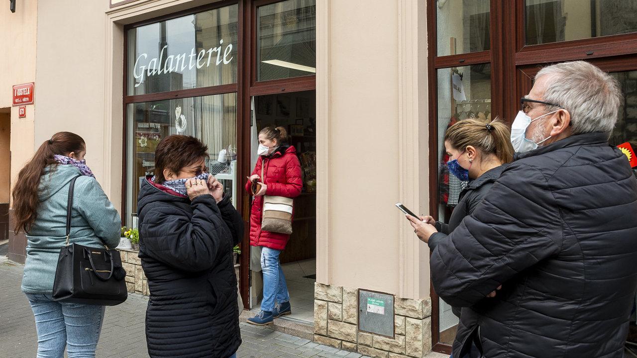 Bez zakrytí úst a nosu nesmí lidé do pražské hromadné dopravy, povinnost již zavedl i Liberecký kraj.