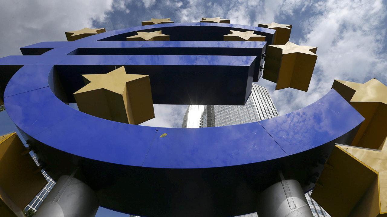 Podle odborníků je bankovní unie klíčovým nástrojem nazlepšení fungování eurozóny. Na snímku je logo Evropské centrální banky před její centrálou ve Frankfurtu.
