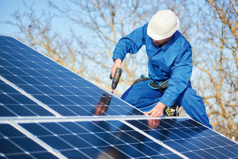 Instalaci solárních panelů by měla provádět odborná firma.