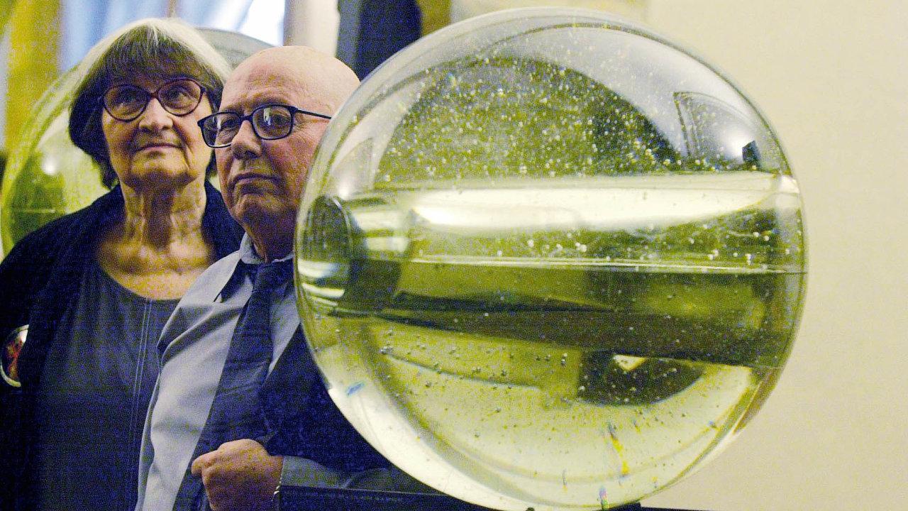 Jaroslava Brychtová (1925–2020) aStanislav Libenský (1921–2002) společně tvořili bezmála padesát let. Objekt Válec vkouli byl realizován vroce 1981.