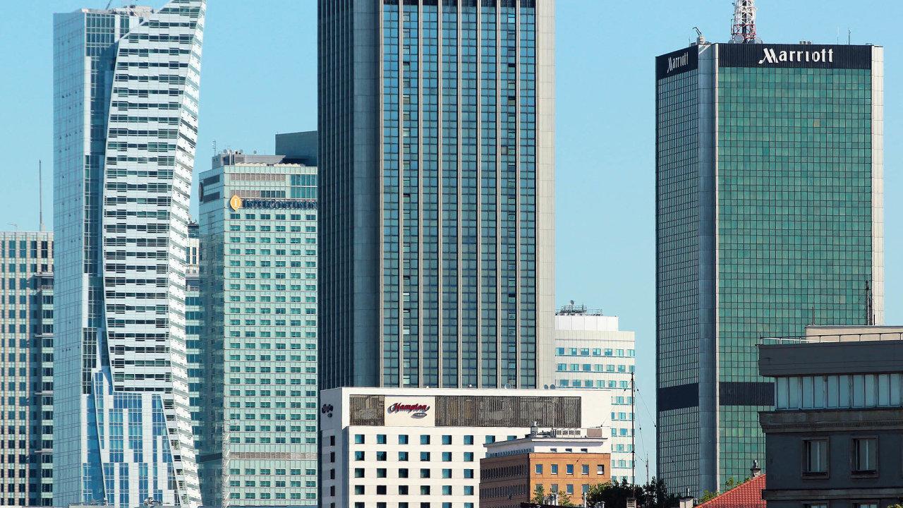 Majoritní podíl. Budova Chalubinskiego 8 (uprostřed slogem Kia) patří mezi nejznámější anejvýraznější výškové kancelářské budovy veVaršavě. Radovan Vítek v ní získal mírně nadpoloviční podíl.
