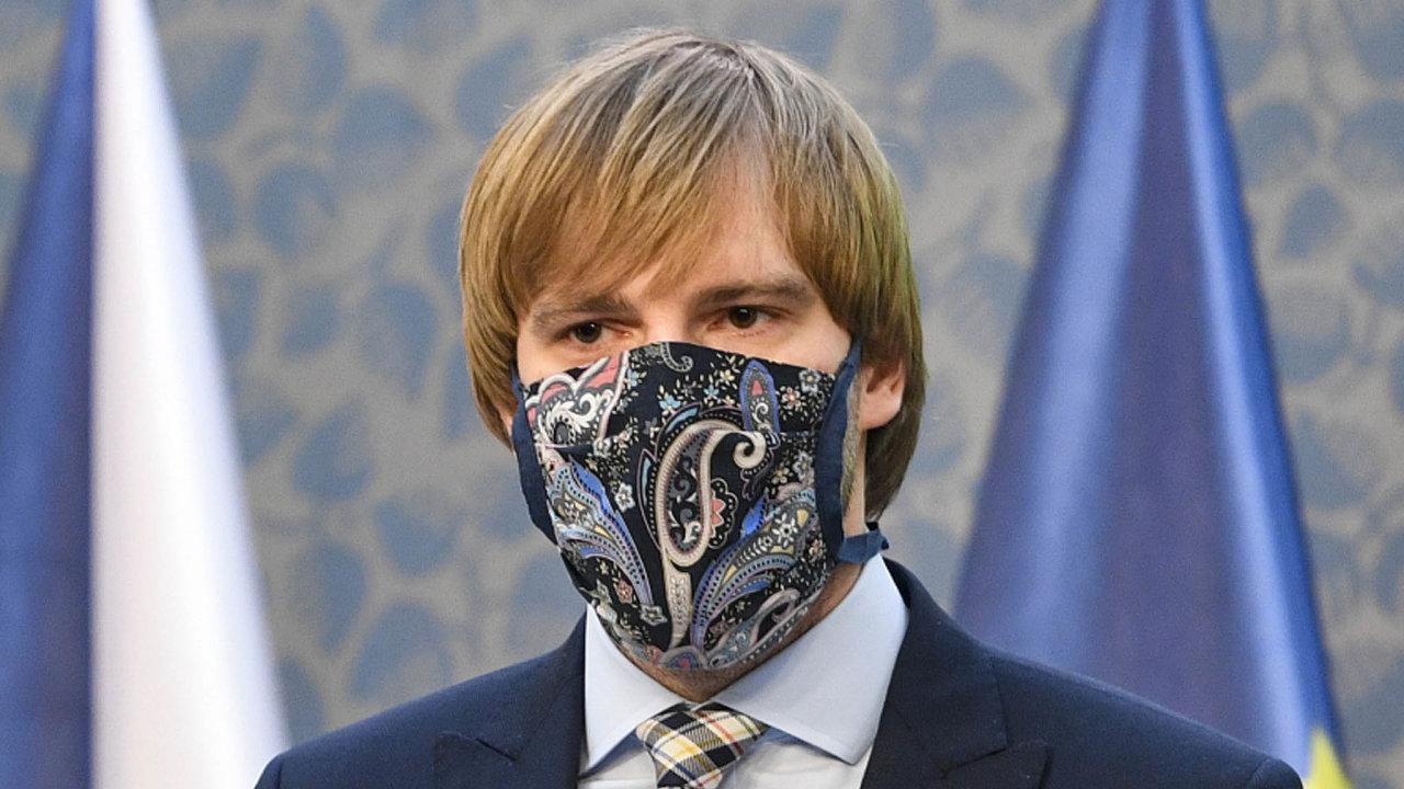 O povinnosti nosit roušky budou podle ministra zdravotnictví Adama Vojtěcha (za ANO) epidemiologové ještě příští týden jednat.