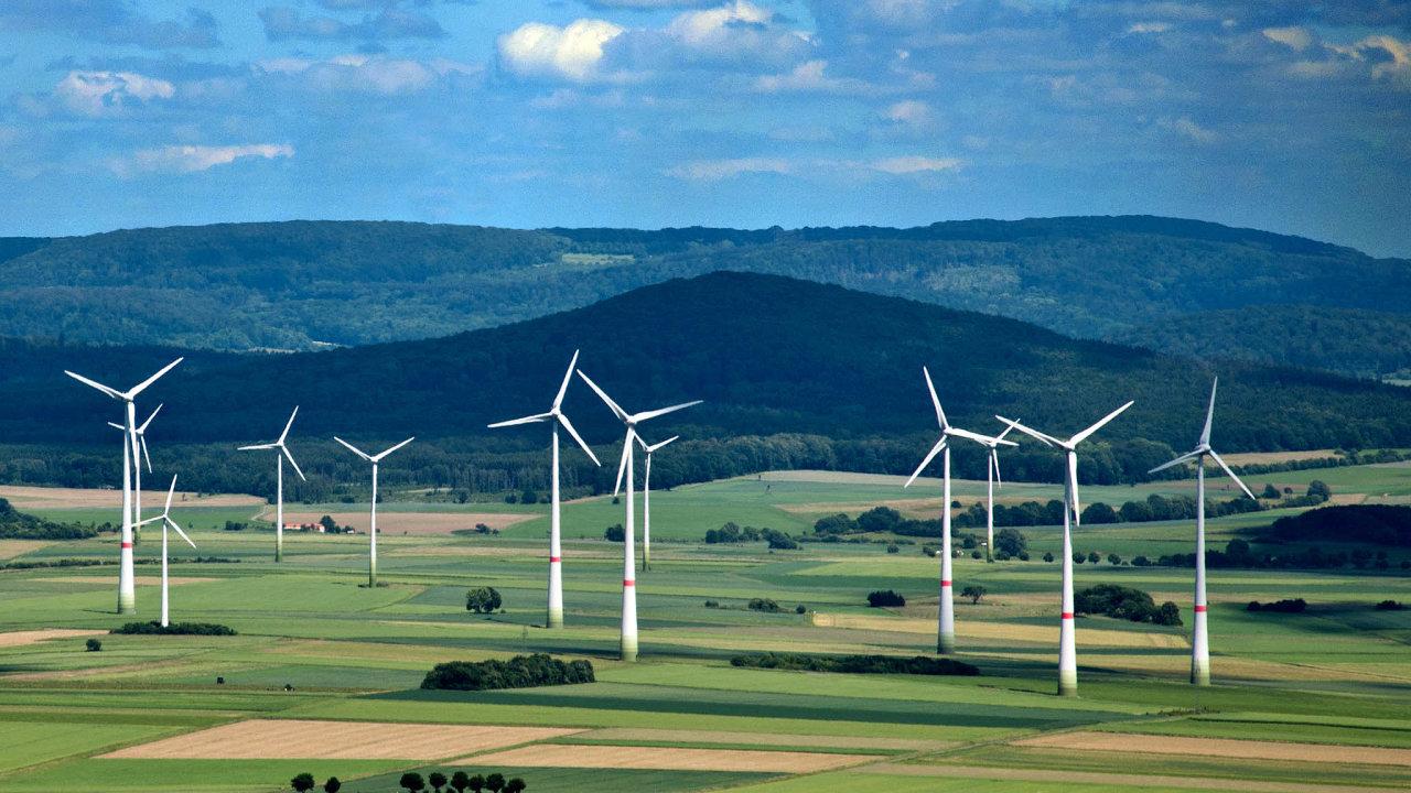 Větrné elektrárny. Asi 43procent energie Německa pokryly vloňském roce obnovitelné zdrojeenergie. Velký podíl naní mají větrné elektrárny.
