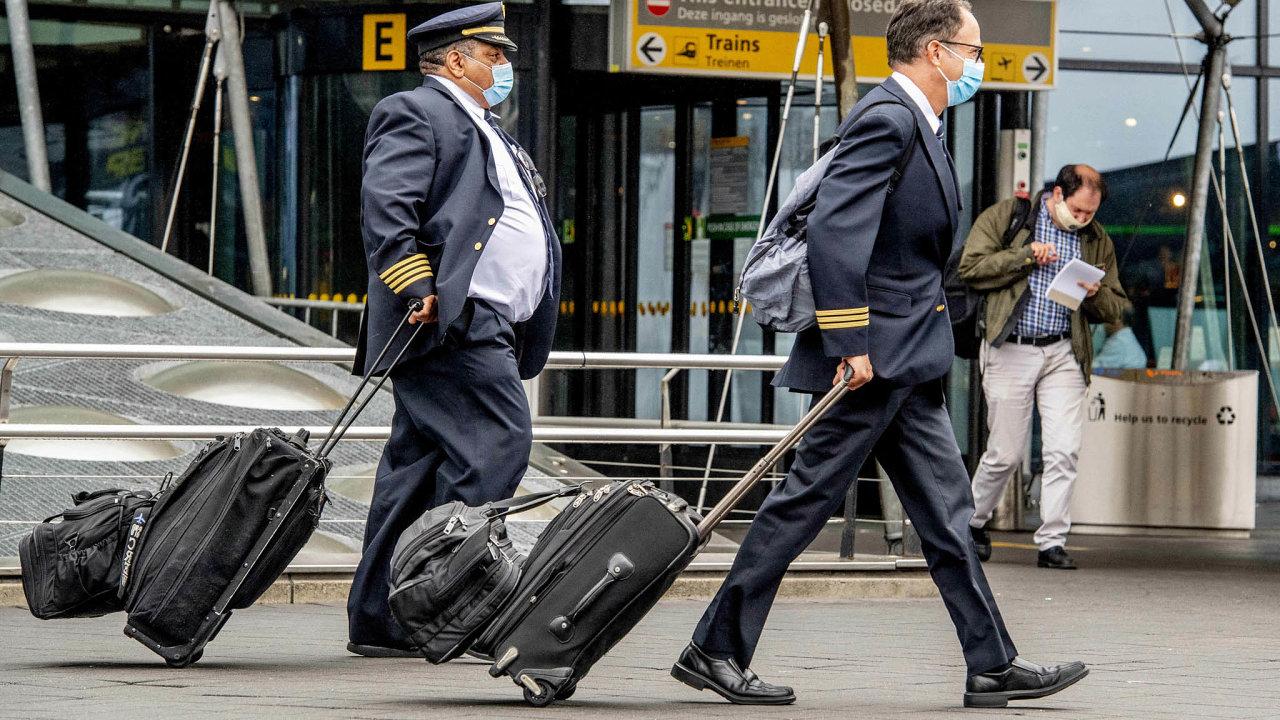 Létají, ale zaméně. Nizozemské KLM sice propouštění neoznámily, pilotům ale zkrátily mzdy opětinu. Nasnímku piloti KLM naamsterdamském letišti Schiphol.