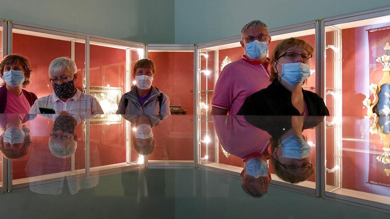 Přibývání počtu nakažených v Česku přimělo vládu ke zpřísnění pravidel o nošení roušek.
