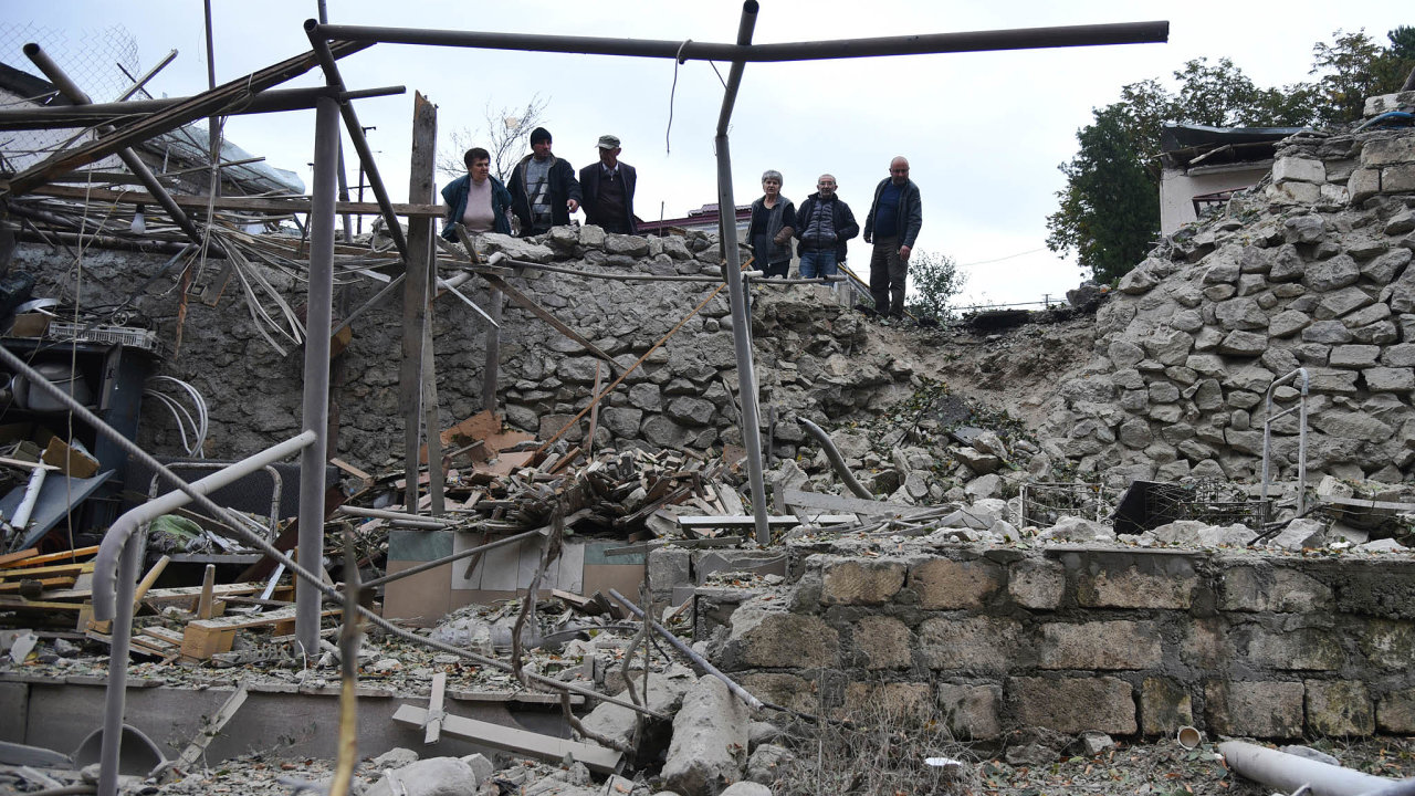 Život vesklepích: Hlavní město Náhorního Karabachu Stěpanakert je těžce ostřelováno, cílem byla mimo jiné jediná elektrárna. Lidé nocují převážně vkrytech.