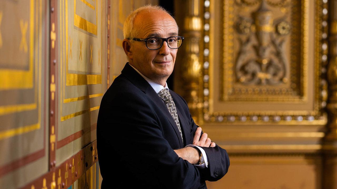 Ředitel podniku, který stojí. Šéf Národního divadla Jan Burian letos už podruhé čelí tomu, že vláda tento byznys zakázala.