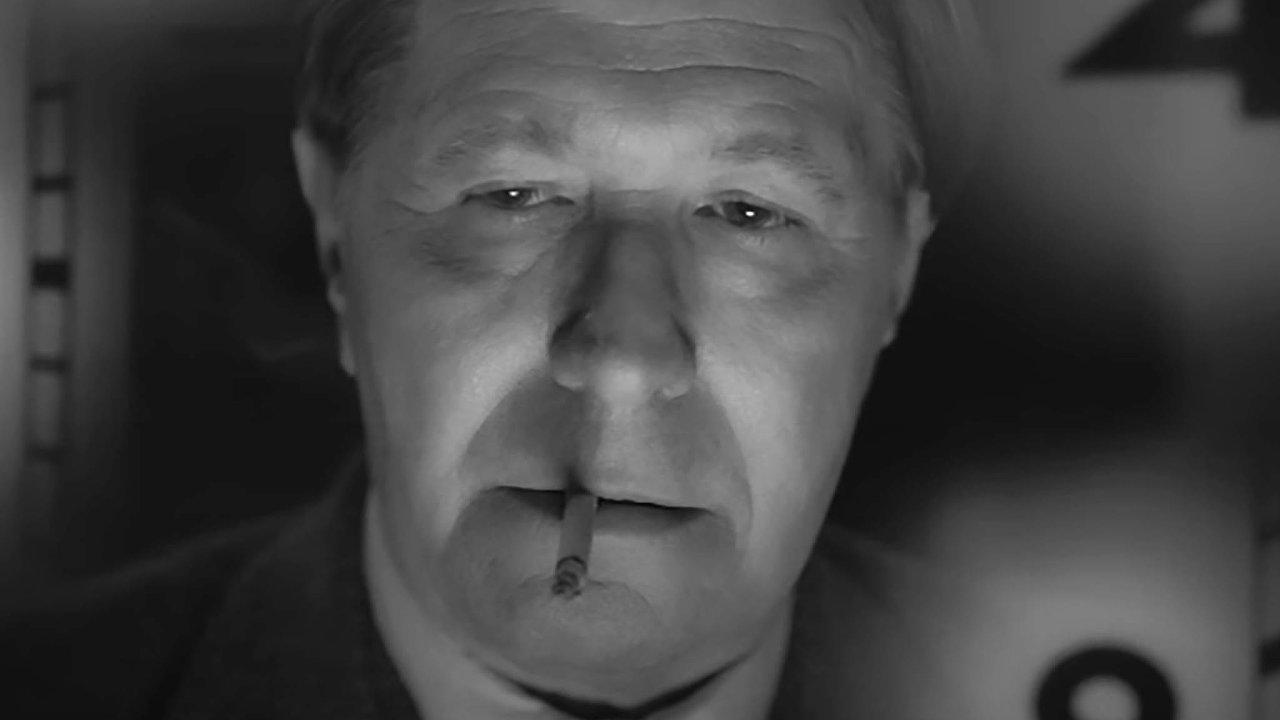 Herman J. Mankiewicz v podání Garyho Oldmana se propil k napsání scénáře nejlepšího filmu všech dob.